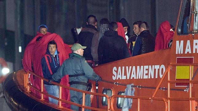 Los inmigrantes rescatados llegan al puerto de Almería