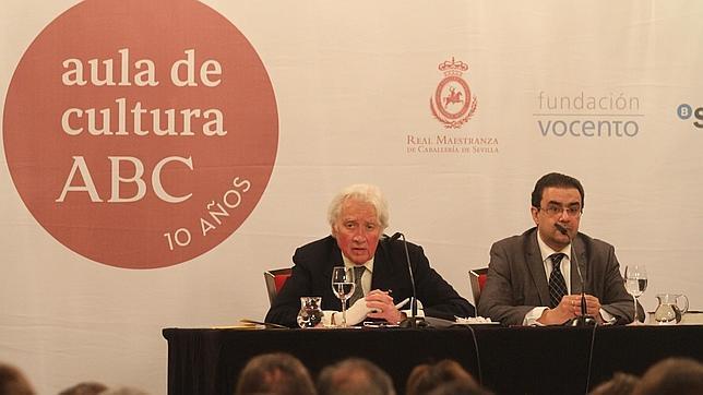 Hugh Thomas junto al director del Aula de Cultura de ABC, Francisco Robles
