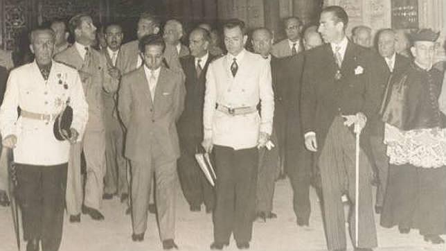 El Rey Faisal junto al alcalde Antonio Cruz Conde durante su visita a la Mezquita- Catedral