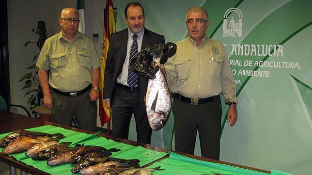 El delegado territorial y dos agentes de Medio Ambiente, ante las capturas