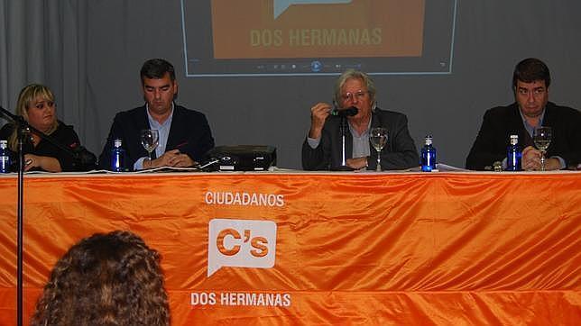 Javier Nart, junto al resto de conferenciantes en Dos Hermanas