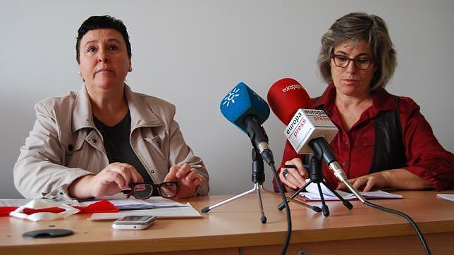 La afectada, María Salmerón junto a Rafaela Pastor, de la Plataforma Andaluza de Apoyo al Lobby Europeo de Mujeres