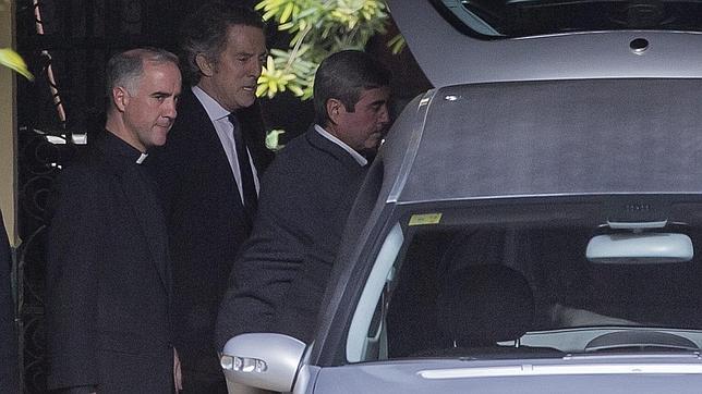 Sánchez-Dalp junto al viudo de la duquesa de Alba y el féretro con los restos mortales de Cayetana de Alba