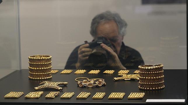 El Tesoro del Carambolo, expuesto en la vitrina del Arqueológico de la que fue retirado por la Junta sin previo aviso