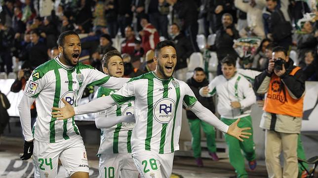 Florin celebra un gol del Córdoba CF junto a Bebé y Cartabia