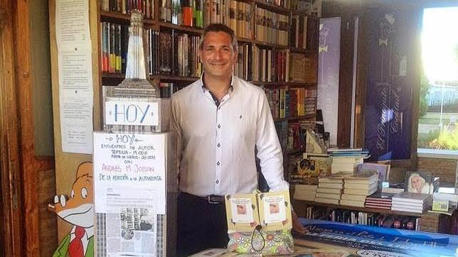 """Joison, durante la presentación de su libro """"De la adicción a la autonomía"""" en la Feria del Libro de Islantilla"""