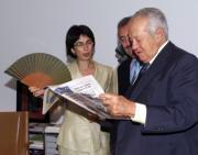 Mario Soares lee un ejemplar de ABC junto la periodista Pilar del Río. Díaz Japón