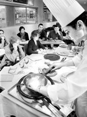 Un cocinero de la Taberna Alabardero prepara un plato navideño. J. L. Ortega