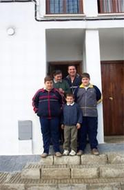 Carmen y su familia en la puerta de su nuevo domicilio en calle Dalia. ABC