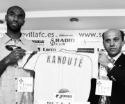 Kanouté posa junto a Del Nido con su camiseta del Sevilla  LAURA LEÓN
