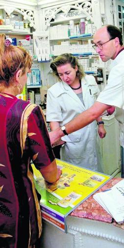 Turistas extranjeros hacen «tours» por los centros de salud para acaparar fármacos