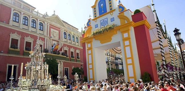 Sevilla celebra el Corpus Christi con menos calor y numerosos asistentes