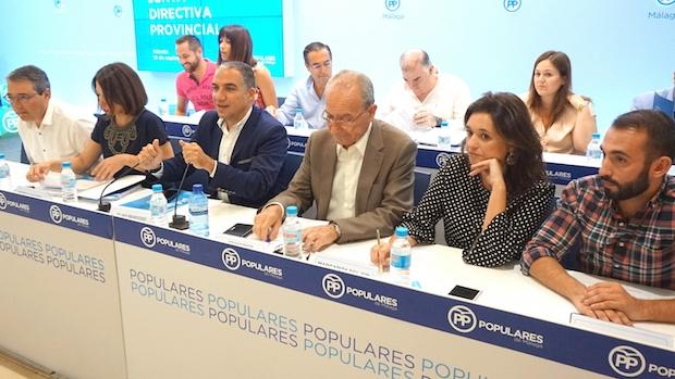 Junta directiva del PP de Málaga, con Elías Bendodo en el centro de la mesa / ABC