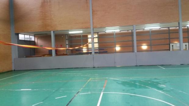 Dos aulas y el pabellón deportivo se mojan cada vez que llueve