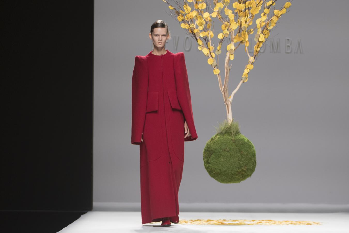 El gran arquitecto de las telas, o de la moda, como se podría definir a Modesto, de Devota & Lomba, sigue estudiando y profundizando en diseñar prendas con compás, escuadra y cartabón.