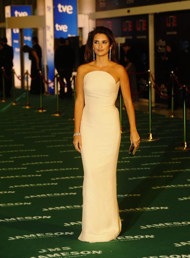 Fue en 2010 cuando la oscarizada Penélope Cruz optó por un sencillo, pero de lo más favorecedor, vestido blanco de Versace. La originalidad radicaba en su escote palabra de honor redondo.
