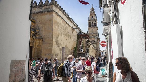Turistas en el entorno de la Mezquita-Catedral