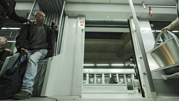 Un ciudadano en el Metro de Sevilla