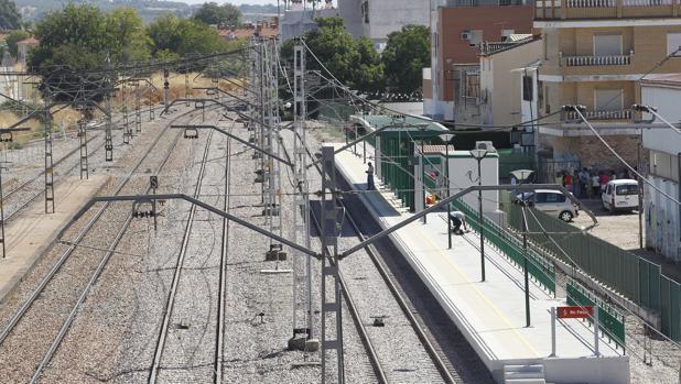 Apeadero de trenes en la barriada de Alcolea