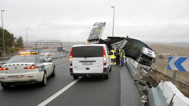 Accidente de un camión en la Cuesta del Espino