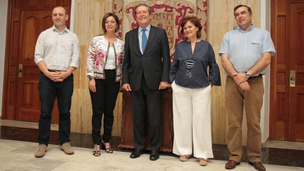 Mayor Zaragoza junto a Carmen Calvo y el resto de miembros de la comisión municipal