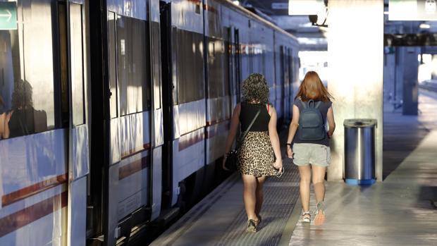 Dos viajeras junto al tren de Rabanales en la estación de Córdoba