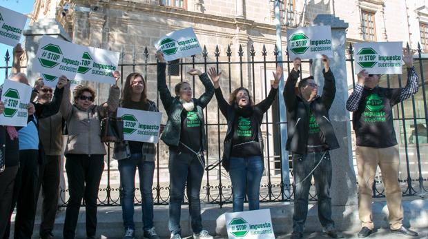 Los manifestantes encadenados en el Parlamento andaluz