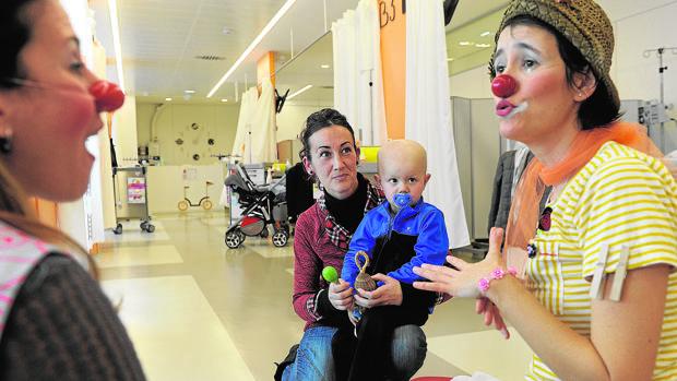 Dos animadoras en el área hospitalaria de oncología infantil