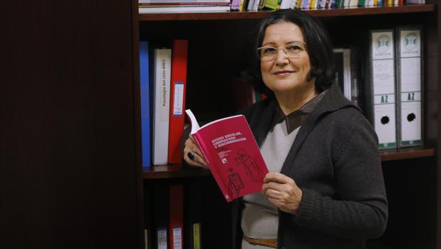 La investigadora Rosario Ortega en su despacho de la Universidad de Córdoba