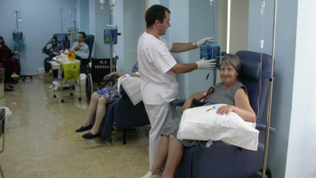 Un enfermero atiende a una enferma en un hospital de Sevilla