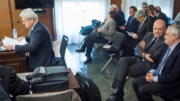 Vallejo, a la izquierda, antes de declarar; a la derecha, Chaves conversa con Griñán.