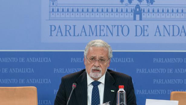 Jesús Maeztu presentando su informe anual en el Parlamento de Anadalucía