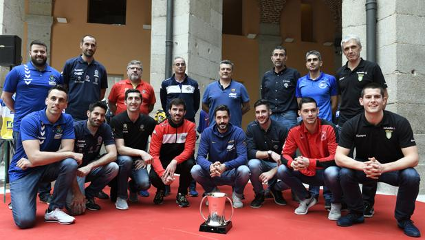 Técnicos y jugadores de los equipos que disputan la Copa, con Ruiz y Rudovic, del Ximénez (3º por izquierda)