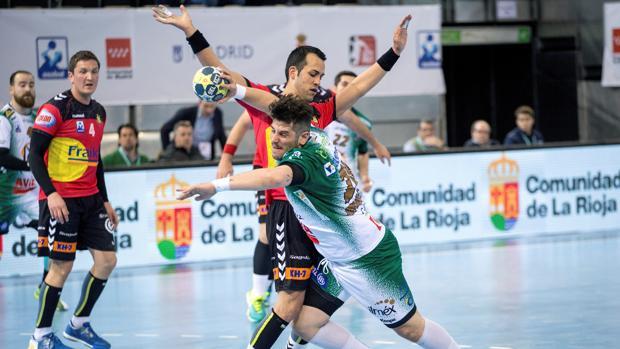 Tomás Moreira intenta lanzar durante el encuentro ante el Fraikin Granollers de Copa