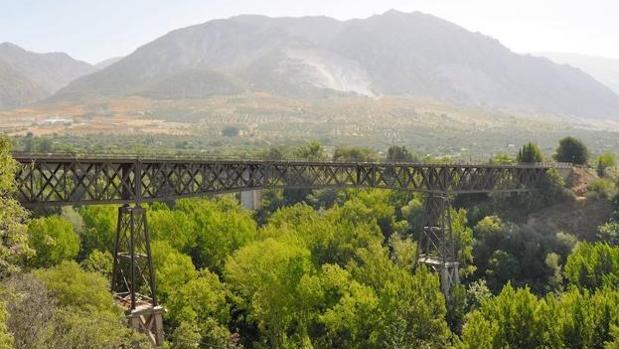 El conocido como Puente de Lata de Dúrcal, en Granada, desde donde cayó el joven