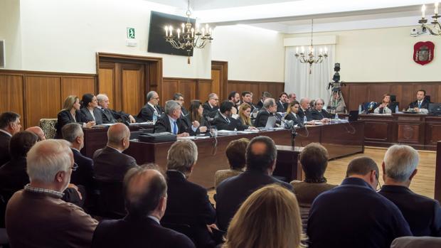 La bancada de los abogados defensores en la sala la Audiencia Provincial de Sevilla donde se celebra el juicio