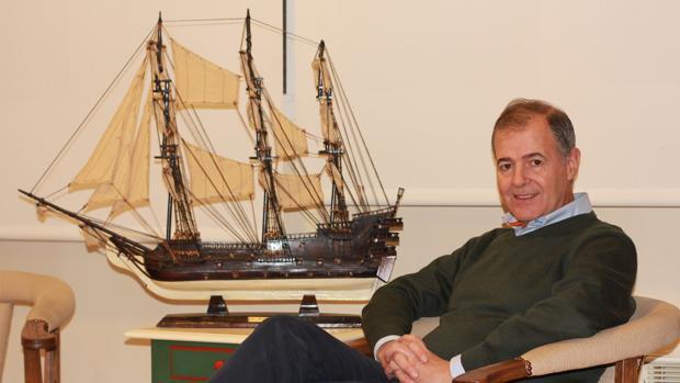 Francisco García del Junco, con una maqueta de un barco