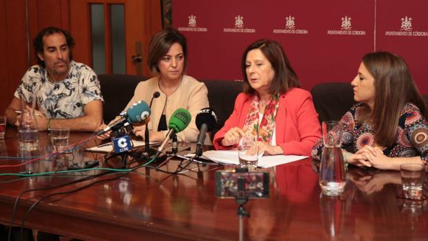 En el centro, la consejera María José Sánchez, junto a la alcaldesa Isabel Ambrosio y Esther Ruiz