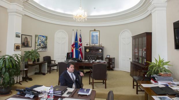 El ministro principal de Gibraltar, Fabian Picardo, en su despacho.