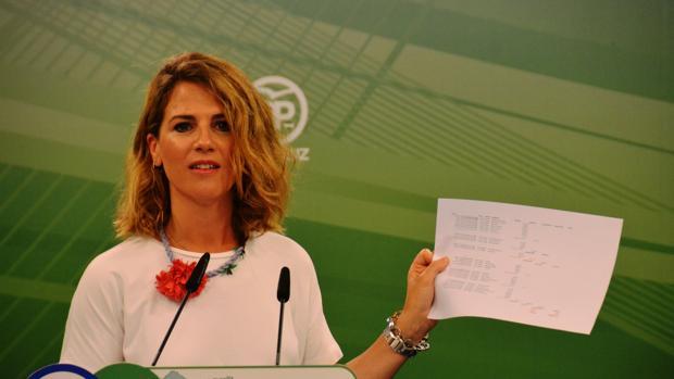 Ana Mestre mostrando el documento que acredita los pagos realizados con las tarjetas de la Faffe