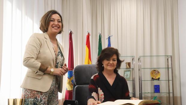 Carmen Calvo junto a Isabel Ambrosio, en la mañana de este lunes en el Ayuntamiento