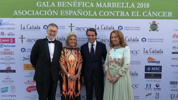 José María Aznar a su llegada con los afitriones del evento