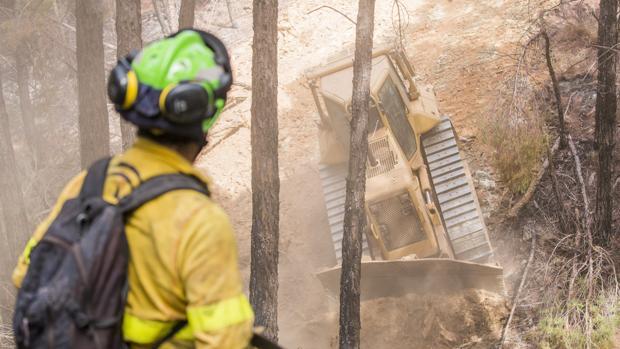 Un bombero del Infoca en los trabajos de extinción del incendio de Almonaster la Real