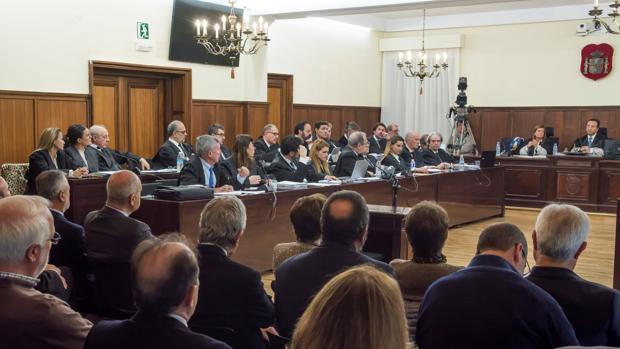 La bancada de los abogados defensores en la sala la Audiencia Provincial de Sevilla en el juicio del caso ERE
