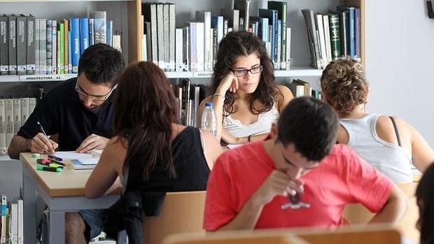 Estudiantes universitarios en la biblioteca de su facultad