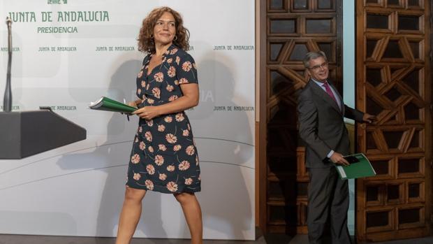 La consejera de Conocimiento, Investigación y Universidad, Lina Gálvez, y el portavoz del ejecutivo, Juan Carlos Blanco