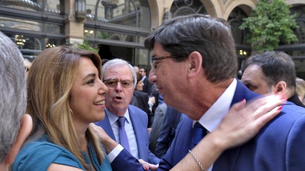 Susana Díaz saluda a Juan Marín en un acto que se celebró ayer en Sevilla