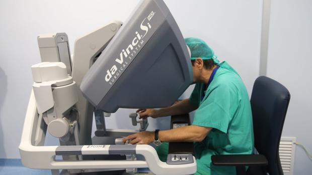 Uno de los doctores durante la prueba con el robot Da Vinci en el Reina Sofía