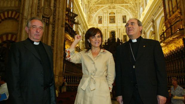 Juan Moreno, Carmen Calvo y Juan José Asenjo, tras la firma del convenio para la restauración del crucero