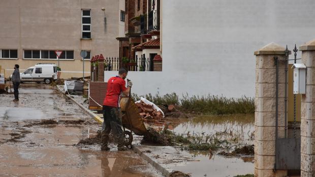 Los vecinos se afanaban por limpiar de barro sus casas tras la ríada en Campillos